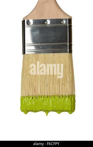 Nahaufnahme von Pinsel tropft Farbe isoliert auf weißem Hintergrund - Stockfoto