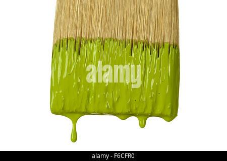 Nahaufnahme von Pinsel tropft grünen Farbe isoliert auf weißem Hintergrund - Stockfoto