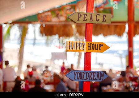 Welcher Weg zu gehen? Schwierige Entscheidungen am Strand im Ferienort Mazatlan, Sinaloa, Mexiko. - Stockfoto