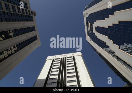 Wolkenkratzer - Ansicht von unten, unter blauem Himmel - Stockfoto