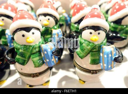 Keramikmodell Schneemänner Weihnachtsschmuck in London Shop erhältlich - Stockfoto