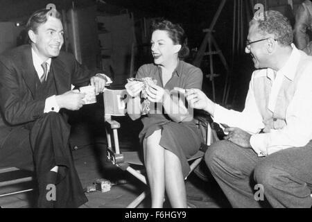 1954, Filmtitel: STAR IS BORN, Regie: GEORGE CUKOR, Studio: WARNER, im Bild: GEORGE CUKOR, JUDY GARLAND. (Bild Kredit: - Stockfoto