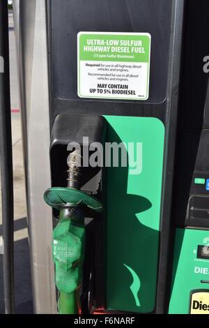 Nahaufnahme von einem Diesel-Zapfsäule an einer örtlichen Tankstelle. - Stockfoto