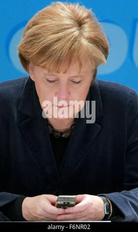 Datei - ein Archiv-Bild vom 22. Januar 2011, zeigt die deutsche Bundeskanzlerin Angela Merkel (CDU) in ihr Handy - Stockfoto