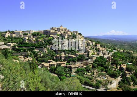 Gordes mittelalterlichen Dorf erbaut auf einem Felsen-Hügel im Luberon, Provence Cote Azur Region, Frankreich. - Stockfoto