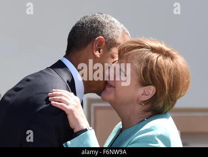 Datei - eine Archiv Bild vom 8. Juni 2015 zeigt Bundeskanzlerin Angela Merkel (CDU, R) freundliche US-Präsident - Stockfoto