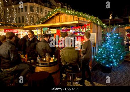 Junge Leute trinken auf dem Weihnachtsmarkt in Højbro Plads (Hoejbro Platz) auf Strøget an einem Abend Mitte November. - Stockfoto