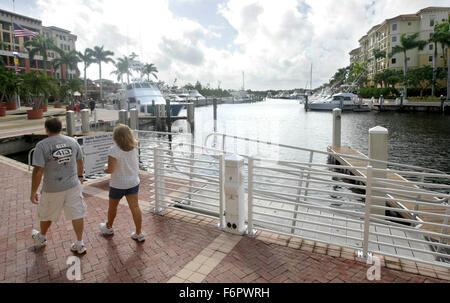 Jupiter, Florida, USA. 18. November 2015. Ein paar Spaziergänge Riverwalk eine zwei und eine halbe Meile Fußgänger - Stockfoto