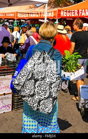 Frau Carring auf ihrer Schulter eine Hand gefertigt Einkaufstasche auf dem wöchentlichen Bauernmarkt in Santa Barbara, - Stockfoto