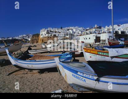 Strand mit Angeln Boote, Albufeira, Algarve, Portugal - Stockfoto