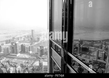 Schwarz / weiß Bild des Burj Khalifa in Dubai und der Blick nach unten. - Stockfoto