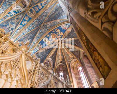 St Cecil Kathedrale Decke, Kuppel und Chor. Die kunstvoll geschnitzten Chor und eine massive Säule Rahmen dieser - Stockfoto