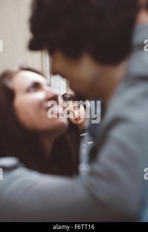 Junge Paar küssen mit einer anderen Frau anschauen - Stockfoto