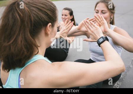 Frauen, die eine Outdoor-Bootcamp-Training - Stockfoto