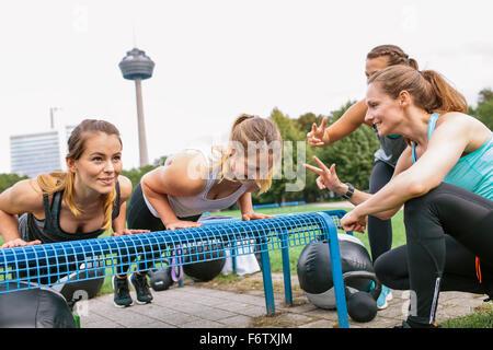 Vier Frauen, die eine Outdoor-Bootcamp-Training - Stockfoto