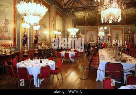 Der Speisesaal im He Royal Pavillon Gebäude in Brighton, UK. Richten Sie für ein corporate Dinner-event - Stockfoto