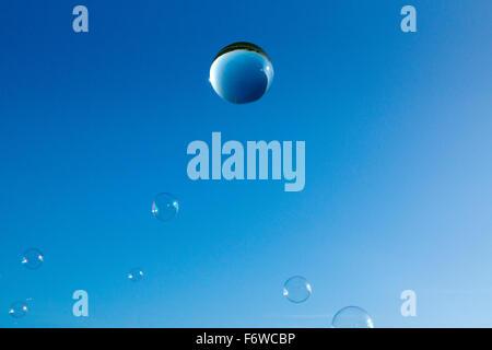 Kristallkugel und Bläschen am blauen Himmel Stockfoto