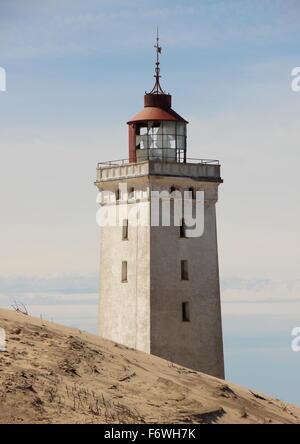 Sanddüne mit Leuchtturm von Rubjerg Knude im Hintergrund - Stockfoto