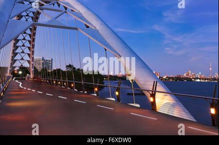 Humber Bay Arch Bridge in der Dämmerung; Toronto, Ontario, Kanada - Stockfoto