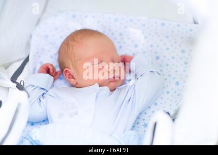 neugeborenes baby im kinderwagen drau en schlafen kleines baby barfu mit textfreiraum. Black Bedroom Furniture Sets. Home Design Ideas