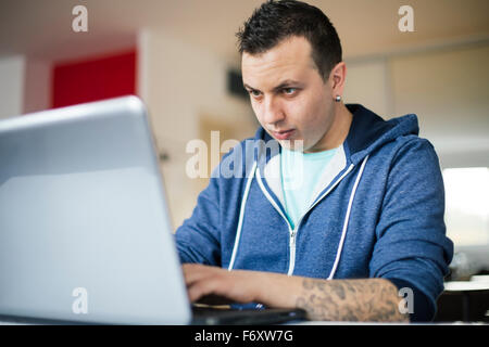 Freier Mitarbeiter arbeiten von zu Hause aus - Stockfoto