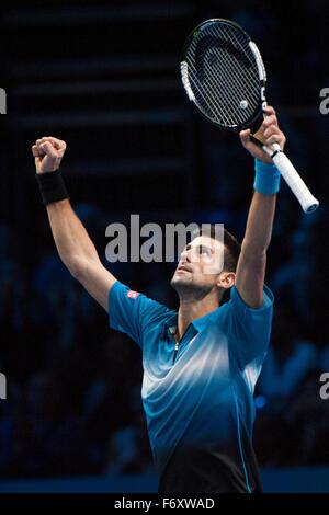 London, UK. 21. November 2015. ATP Tennis Tour Finale. 7. Tag. Novak Djokovic (SRB) [1] feiert seinen Sieg über - Stockfoto