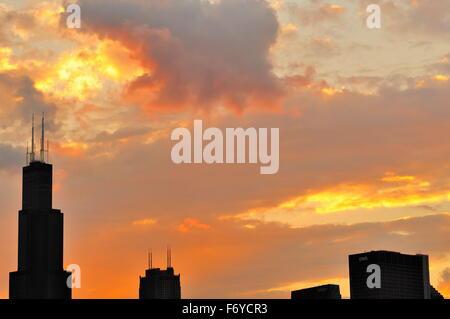 Nicht lange vor Sonnenuntergang die Sonne haucht spektakulär Farbe in zerstreuten Wolken über dem einen Teil der - Stockfoto