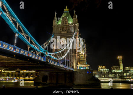 United Kingdom, England, London, Tower Bridge bei Nacht - Stockfoto