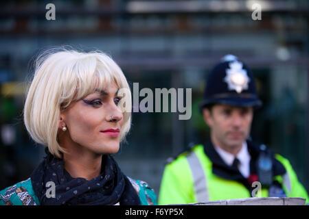 London, UK. 21. November 2015. Ein Aktivist von Lesben und Schwulen Unterstützung der Migranten als Home Secretary - Stockfoto