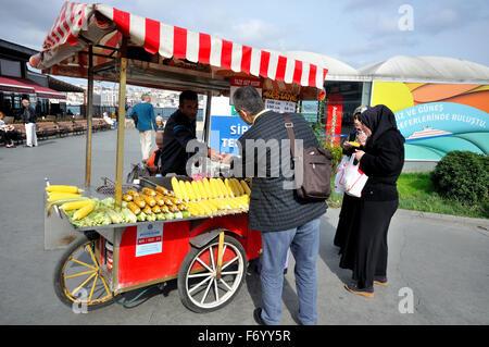 Streetfood Warenkorb, Istanbul, Türkei - Stockfoto