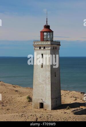 Alter Leuchtturm am Rand mit Meer im Hintergrund - Stockfoto