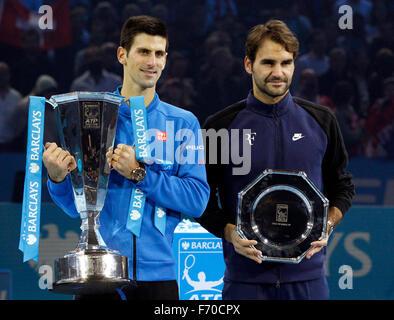 London, Großbritannien. 22. November 2015. Novak Djokovic (L) von Serbien und Roger Federer Schweiz Pose während - Stockfoto