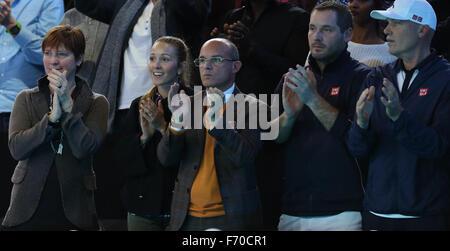 London, Großbritannien. 22. November 2015. Jelena Ristic, Frau (2 L) von Novak Djokovic Serbien, wird gesehen, während - Stockfoto