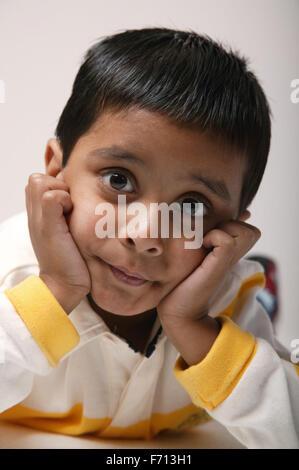 Porträt eines jungen Mannes mit Kopf in Händen, - Stockfoto