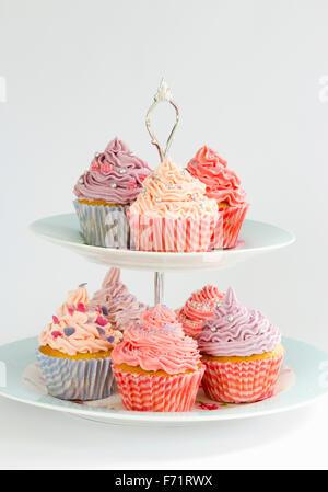 Verschiedene Muffins auf einem gestuften stand - Stockfoto