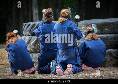 Paintball-Spieler Jugendliche bei der Arbeit. Adolescentes Joueuses de Paintball in Aktion. - Stockfoto