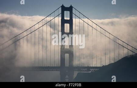 Die Golden Gate Bridge fällt im Nebel in San Francisco, USA - Stockfoto