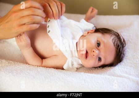 Neugeborenes Anziehen