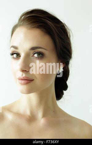 Porträt einer Frau mit braunen Haaren, einem eleganten Dutt gebunden. - Stockfoto