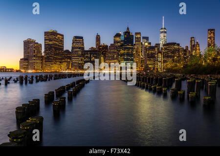 Lower Manhattan-Skyline in der Abenddämmerung vom Brooklyn Bridge Park, Brooklyn, New York, USA