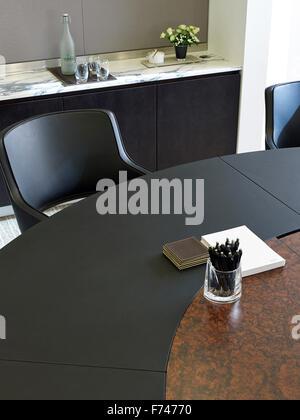 Stift und schreiben-pad am Konferenztisch in Squire Sanders, Devonshire Square, London, England, UK - Stockfoto