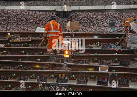Ein Track-Arbeiter haben nur ein Rail-Schweißer-Gerät, das die beiden schmilzt beleuchtet track zusammen für eine - Stockfoto