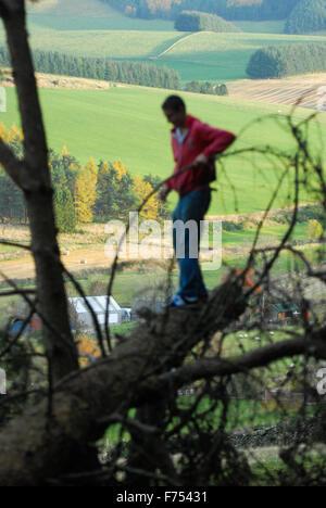 Teenager im Wald. - Stockfoto