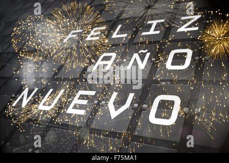 Zusammengesetztes Bild der bunten Feuerwerk explodiert auf schwarzem Hintergrund - Stockfoto
