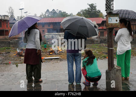 Frauen beobachten, Feuerbestattung, Erdbeben, Kathmandu, Nepal, Asien - Stockfoto