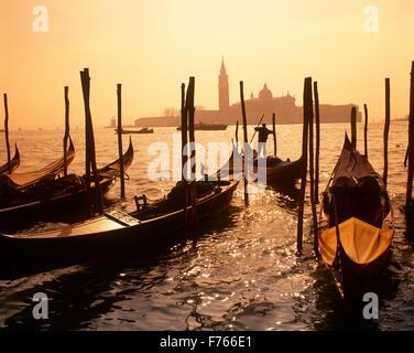 St.Marks und Gondeln, Venedig, Veneto, Italien - Stockfoto