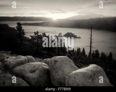 Sonnenaufgang und Granit Felsbrocken am Emerald Bay, Lake Tahoe, Kalifornien - Stockfoto