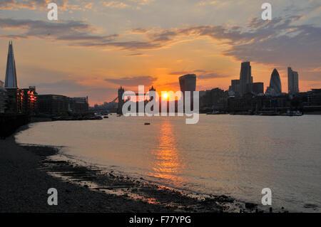 City of London UK bei Sonnenuntergang von der South Bank - Stockfoto