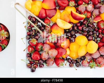 Weißen Teller mit Obst und Beeren auf Tisch im freien - Stockfoto