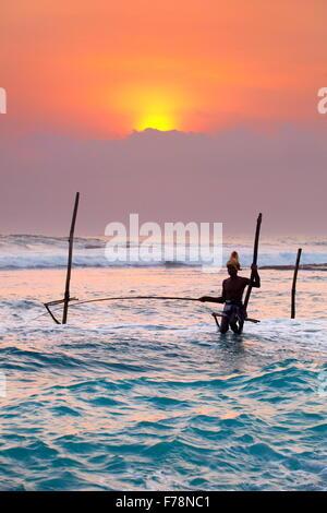 Sri Lanka - Stelzenläufer Fischer bei Sonnenuntergang - Koggala Beach, Asien - Stockfoto